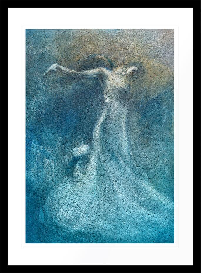 Flytende kvinne som utfører en moderne dans, malt med blå fargetoner. Håndkolorert grafikk av Vebjørn Sand.