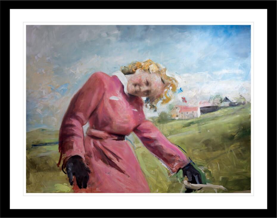 En kvinne i en rosa trenchcoat vipper hodet mot betrakteren. Håndkolorert grafikk av Vebjørn Sand.