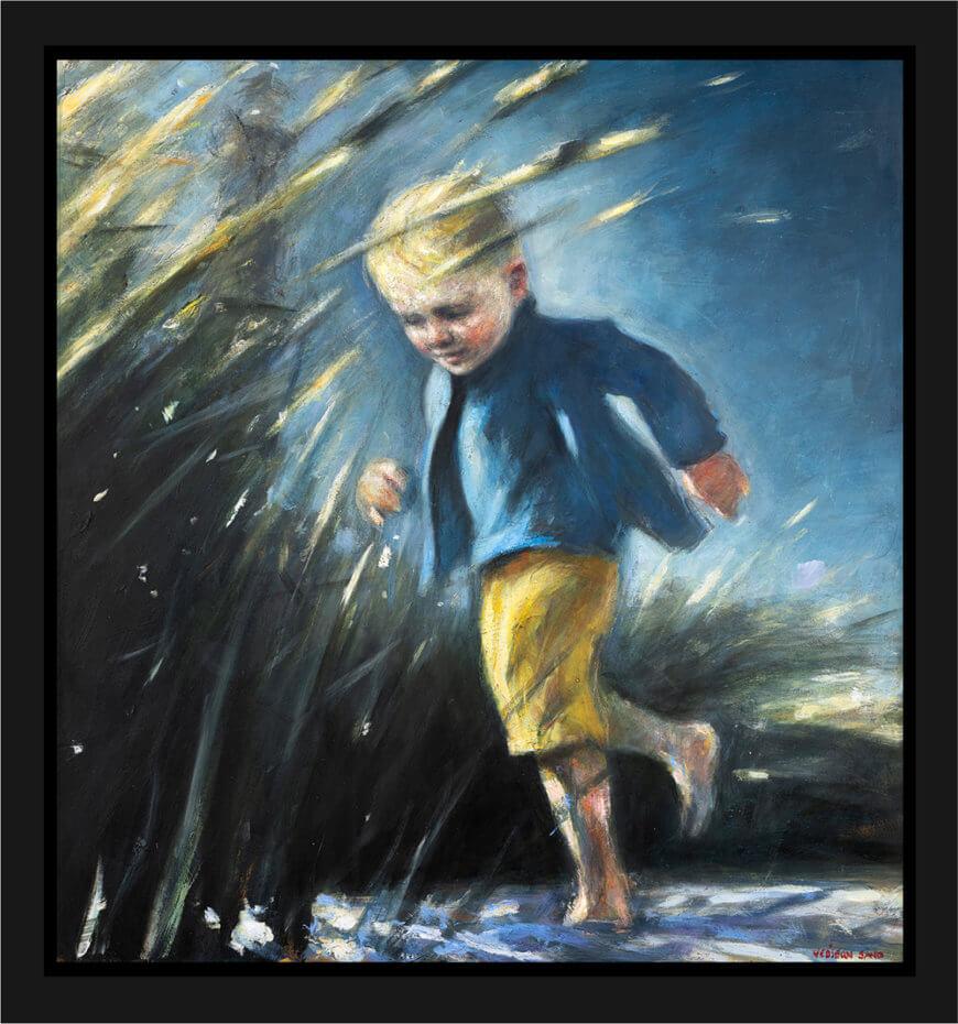 Ung gutt springer på stranda i gule shorts og en blå topp. Akryl på plate, maleri av Vebjørn Sand.