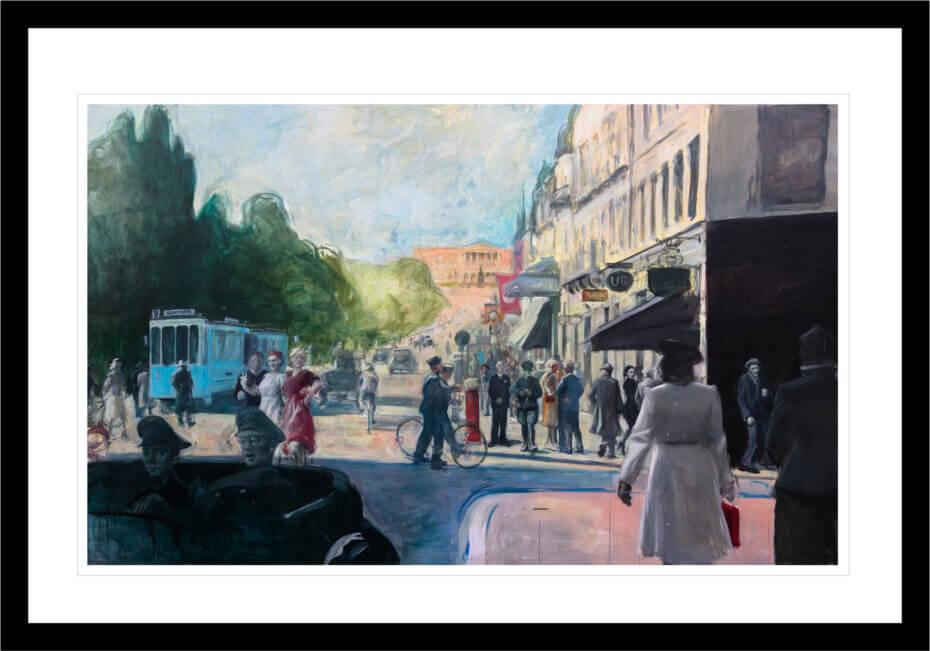Folk går på Karl Johan en sommerdag under andre verdenskrig, malt med lyse farger. Håndkolorert grafikk av Vebjørn Sand.