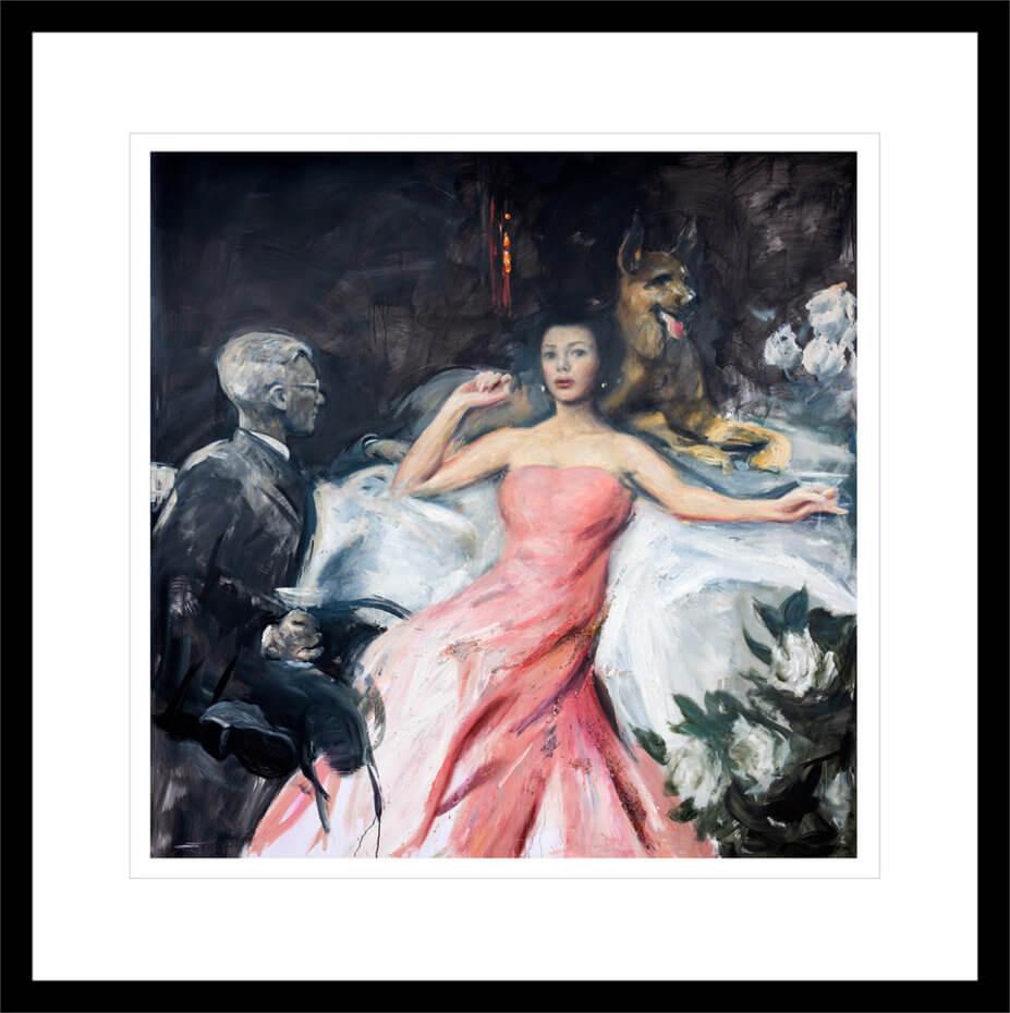 En kvinne hviler i en rosa kjole, omgitt av en mann og en Schäferhund. Håndkolorert grafikk av Vebjørn Sand.