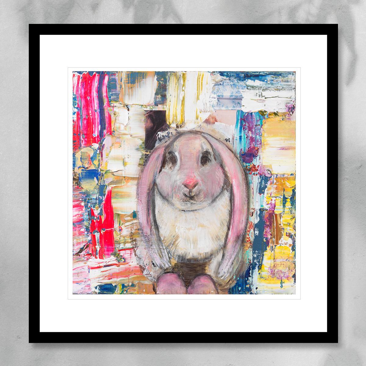 Søt rosa harepus, malt med flerfarget abstrakte penselstrøk. Håndkolorert grafikk av Marianne Aulie.