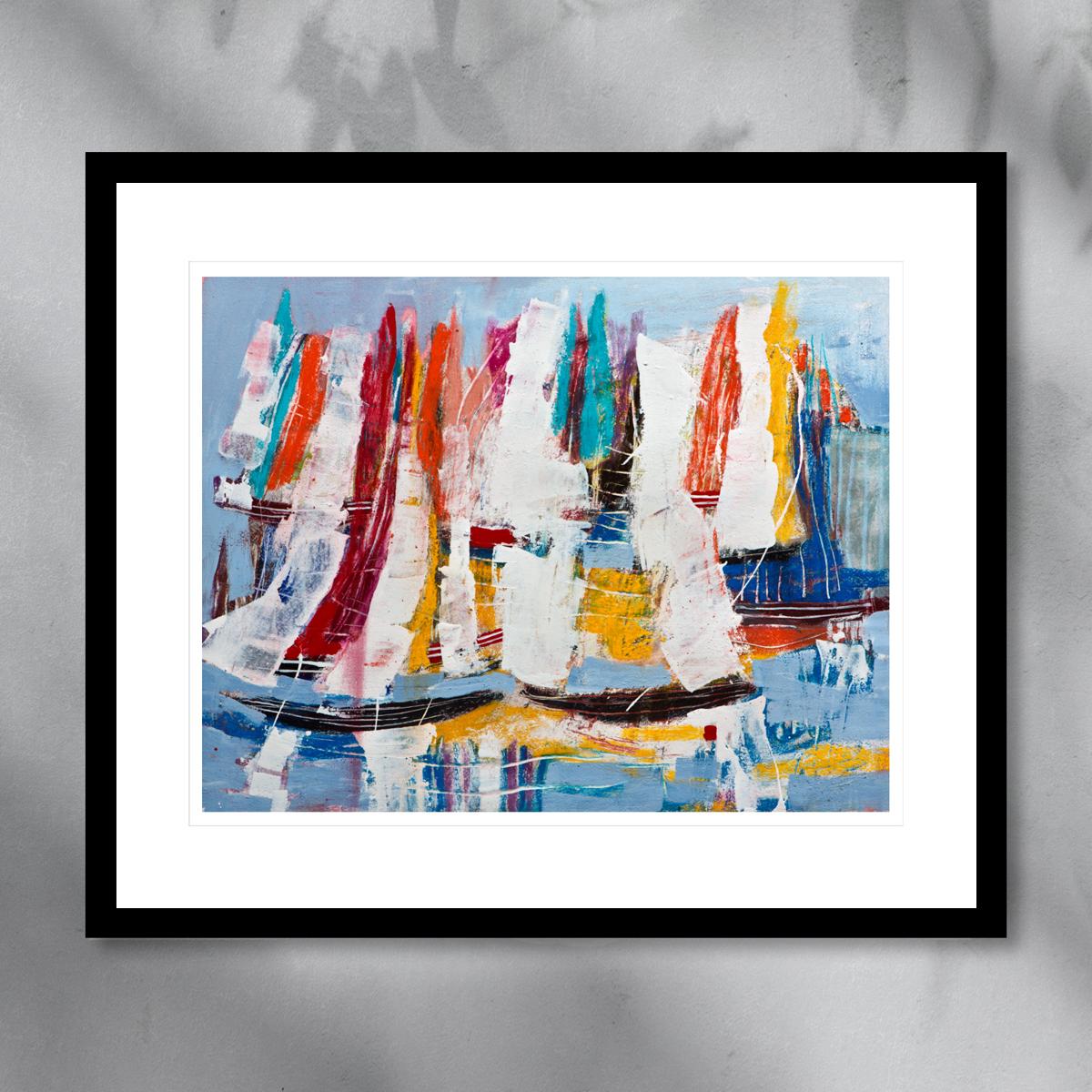 Seilbåter i morgensole, malt med pastellfarger av rødt, hvitt og blått. Håndkolorert grafikk av Øivind Sand.
