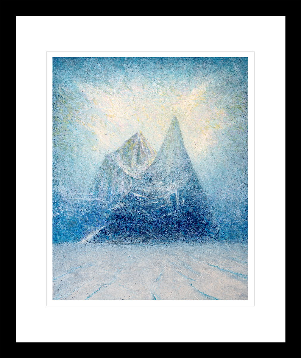 To blå og hvite fjell skyter ut av isbreen i Antarktis. Håndkolorert litografi av Vebjørn Sand.