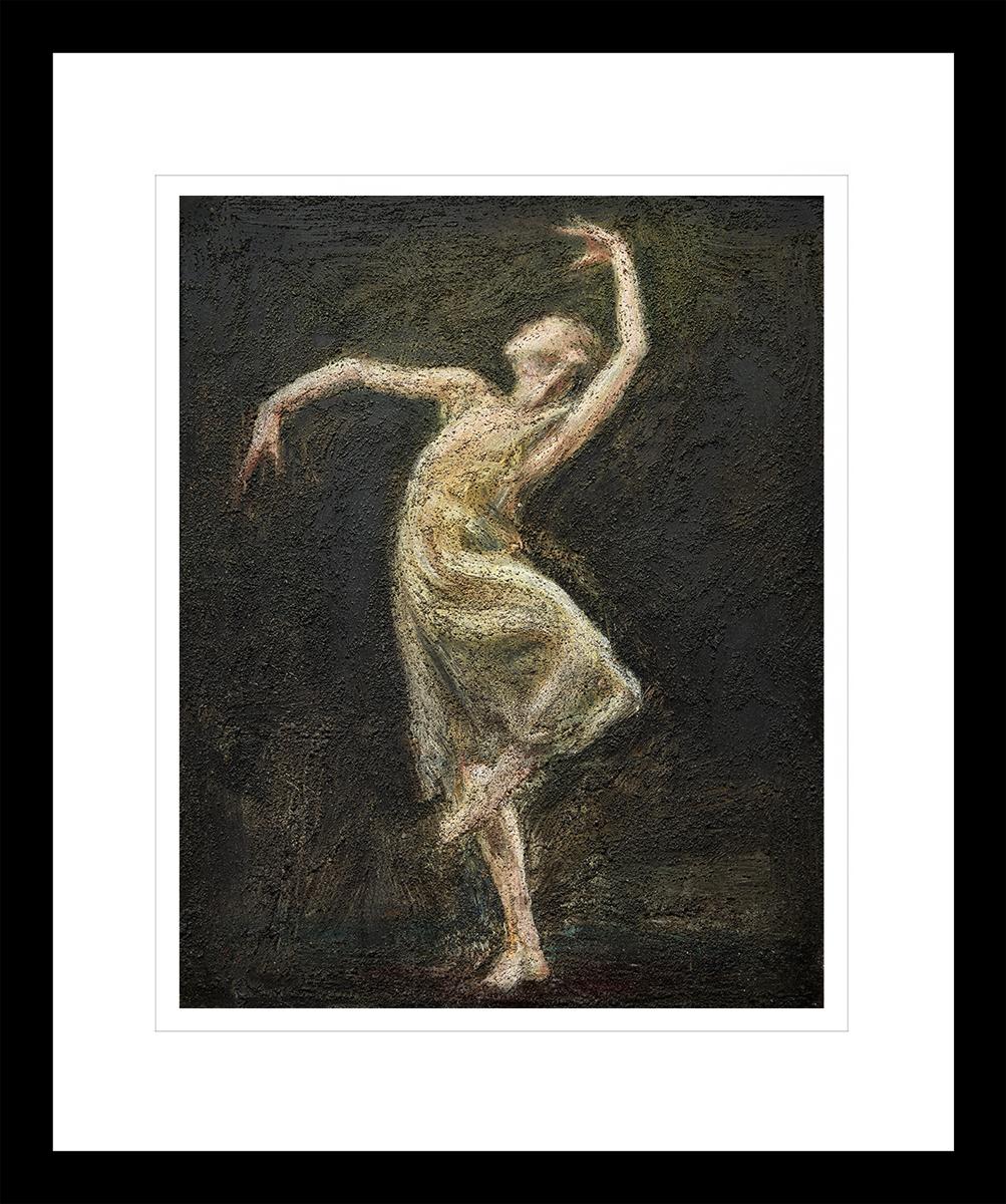 Ballettdanser med oppreiste armer i en hvit kjole, på en svart bakgrunn. Håndkolorert grafikk av Vebjørn Sand.