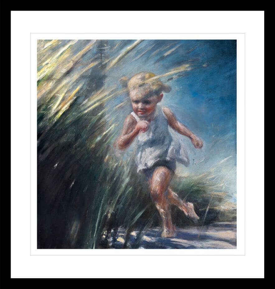 Ung jente i en hvit kjole springer på stranda. Håndkolorert grafikk av Vebjørn Sand.