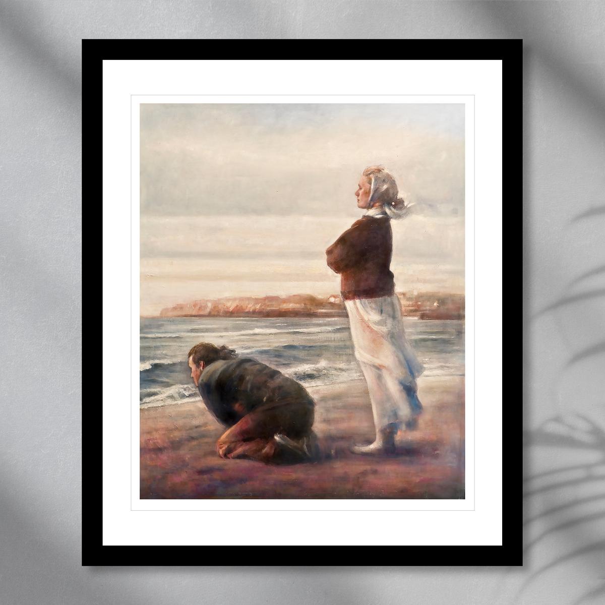 En knelende mann og en stående kvinne ser ut mot havet, malt i jordiske toner. Håndkolorert grafikk av Vebjørn Sand.