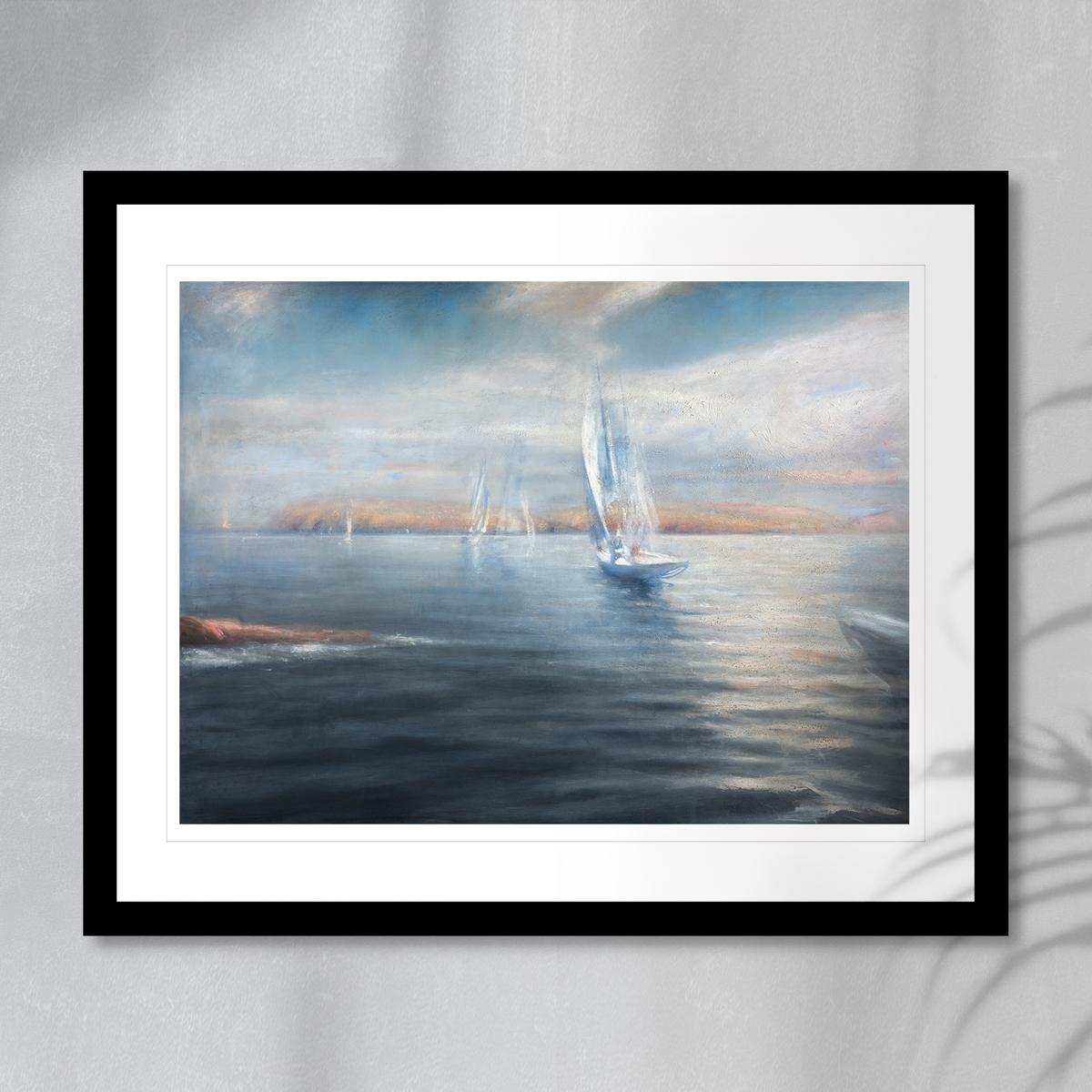 Sommerbilde med seilbåter på rolige farvann. Håndkolorert grafikk av Vebjørn Sand.